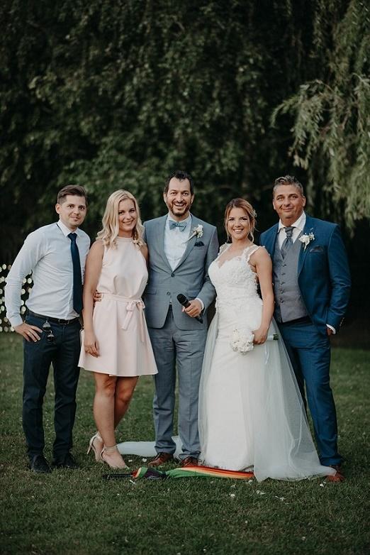 1 ceremóniamester, 2 menyasszony, 2 vőlegény